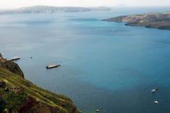 Belle vue de la mer, le bateau, le volcan un jour ensoleillé chaud Photos de la plate-forme d'observation de la ville grecque de  image libre de droits