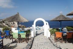Belle vue de la mer Méditerranée avec la terrasse de piscine de voûte sur le lieu de villégiature luxueux Grèce d'été Photographie stock