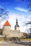 Belle vue de la première tour du ` s avec le mur adjacent de forteresse et du dôme de la tour Oleviste Churchand à Tallinn photos stock