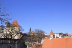 Belle vue de la première tour du ` s avec le mur adjacent de forteresse et du dôme de la tour Oleviste Churchand à Tallinn image stock