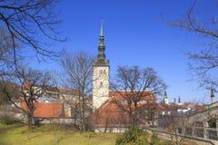 Belle vue de la première tour du ` s avec le mur adjacent de forteresse et du dôme de la tour Oleviste Churchand à Tallinn images stock