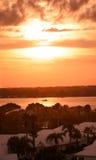 Belle vue de la rivière au coucher du soleil Photo stock