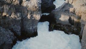 Belle vue de la rivière sauvage, cascade puissante de Barnafoss en Islande L'eau avec la mousse tombe entre les montagnes clips vidéos