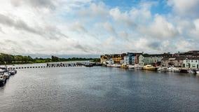 Belle vue de la rivière Shannon avec des bateaux ancrés sur la côte et les maisons pittoresques photos stock