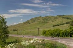 Belle vue de la route avec des collines et des nuages Photos libres de droits