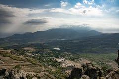 Belle vue de la vallée des bâtis sur le bâti Demerzhi photos libres de droits
