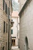 Belle vue de la vieille rue étroite traditionnelle dans Monténégro image libre de droits