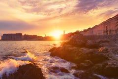 Belle vue de la vieille ville de Dubrovnik à la lumière de coucher du soleil pendant la tempête, paysage urbain, Croatie photos stock