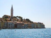 Belle vue de la ville antique, de l'île et de la mer Rovinj, Istria, Croatie Tir aérien images stock