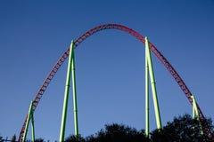 Belle vue de la voie maximale de montagnes russes en rouge et vert contre le ciel bleu, Photo libre de droits