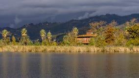Belle vue de lac Massaciuccoli, Toscane, Italie photographie stock