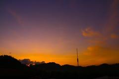 Belle vue de lever de soleil au-dessus de la colline Image stock