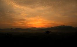 Belle vue de lever de soleil au-dessus de la colline Image libre de droits