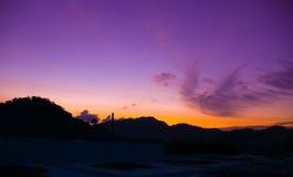 Belle vue de lever de soleil au-dessus de la colline Photos stock