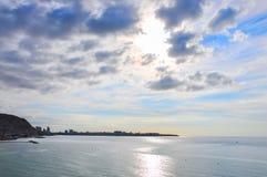 Belle vue de lever de soleil de la plage et de château SA d'Alicante Postiguet Photos libres de droits