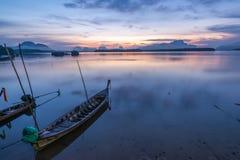 Belle vue de lever de soleil au-dessus de la mer photos libres de droits