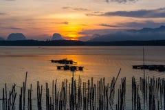 Belle vue de lever de soleil au-dessus de la mer photo stock