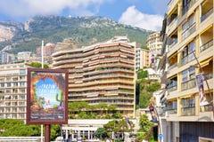 Belle vue de lumière du jour aux bâtiments et aux montagnes de ville sur le backg Photographie stock libre de droits
