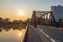 Belle vue de lumière du soleil au pont en fer image libre de droits