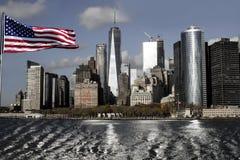 Belle vue de Manhattan avec le drapeau américain du côté Photographie stock libre de droits