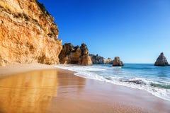 Belle vue de mer avec la plage sablonneuse secrète parmi les roches et la falaise Image libre de droits