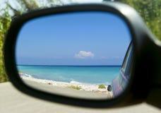 Belle vue de mer dans le miroir latéral de la voiture image stock