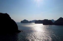 Belle vue de mer de coucher du soleil de silhouette Image libre de droits