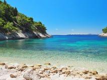Belle vue de mer de la plage avec la mer lumineuse et bleue Photographie stock