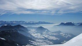 Belle vue de montagne de ciel dans les alpes français Photo stock