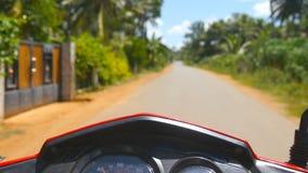 Belle vue de nature du scooter montant rapidement le long de la route de campagne tropicale Homme méconnaissable conduisant sur l banque de vidéos