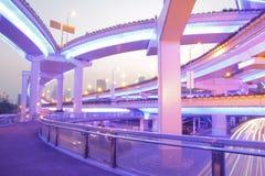 Belle vue de nuit de route de viaduc à Changhaï Images stock