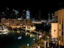 Belle vue de nuit de Souq Al Bahar et d'Apple Store dans le mail de Dubaï images stock