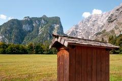 Belle vue de péniche en bois traditionnelle aux rivages du lac célèbre Obersee dans Nationalpark scénique photo stock