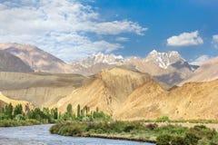 Belle vue de Pamir avec les crêtes sèches et neigeuses, vallée de Bartang, le Tadjikistan images stock