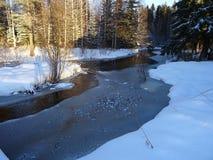 Belle vue de pays avec une petite rivière en Finlande, ici en Scandinavie Images libres de droits