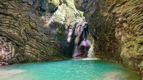 Belle vue de paysage de cascade Petite cascade dans la forêt vert-foncé image libre de droits