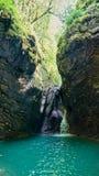 Belle vue de paysage de cascade Petite cascade dans la forêt vert-foncé photos libres de droits