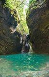 Belle vue de paysage de cascade Petite cascade dans la forêt vert-foncé photo stock