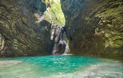 Belle vue de paysage de cascade Petite cascade dans la forêt vert-foncé images stock