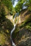 Belle vue de paysage de cascade Petite cascade dans le paysage vert-foncé de forêt photographie stock libre de droits