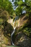 Belle vue de paysage de cascade Petite cascade dans le paysage vert-foncé de forêt image stock