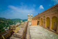 Belle vue de paysage d'Amber Fort et quelques dessus de toit des bâtiments, près de Jaipur au Ràjasthàn, Inde Fort ambre Images stock