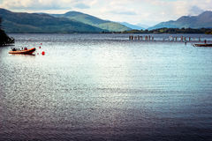 Belle vue de paysage de Loch Lomond en Ecosse pendant le Summe Image stock