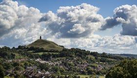 Belle vue de paysage de massif de roche de Glastonbury le jour d'été Image stock