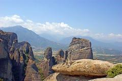 Belle vue de paysage des montagnes et des roches étonnantes dans Meteora, Grèce images stock