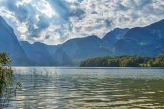 Belle vue de paysage de HDR des montagnes avec le ciel nuageux dramatique au-dessus d'un lac près de village de Hallstatt en Autr photos libres de droits