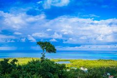 Belle vue de paysage de quelques bâtiments de San Andres Island Colombia et mer des Caraïbes Amérique du Sud images libres de droits