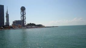 Belle vue de plage de Batumi du bateau de croisière banque de vidéos