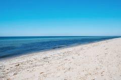 Belle vue de plage sablonneuse Images libres de droits