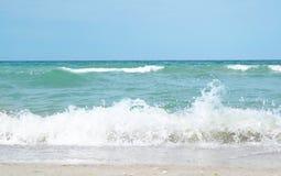 Belle vue de plage sablonneuse le jour ensoleillé Photo libre de droits